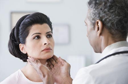 Только каждая вторая токсическая аденома выявляется во время осмотра эндокринолога. В остальных случаях это происходит при обследовании по поводу других болезней.