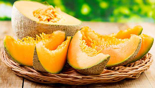 Дыня — сочный и сладкий фрукт, употреблять ее стоит в ограниченном количестве