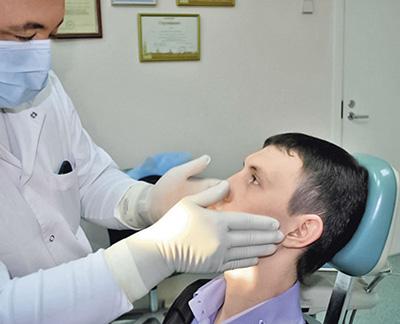 После сбора анамнеза врач пальпирует слюнные железы и регионарные лимфатические узлы