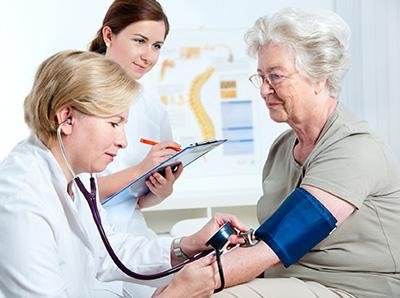 Риск развития токсической аденомы щитовидной железы увеличивается с возрастом. Наиболее часто она фиксируется у женщин после 50 лет.